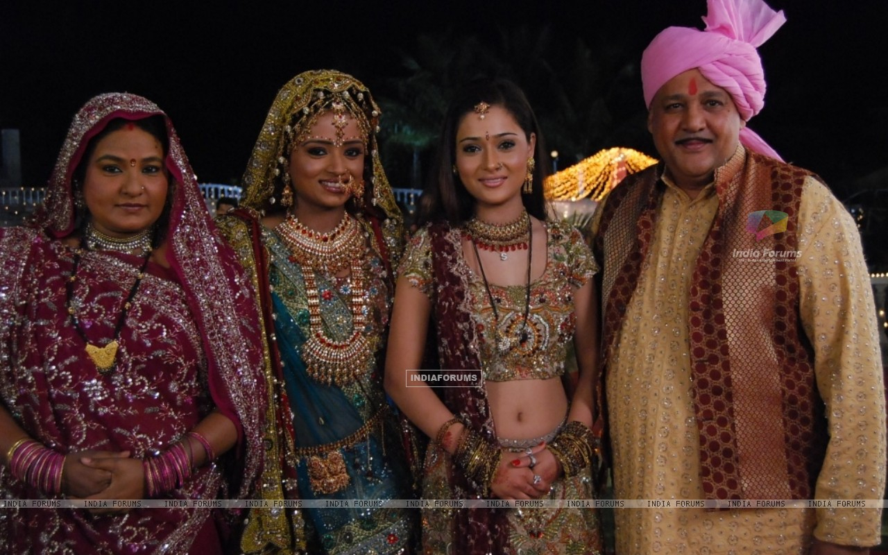 Ragini and Sadhna with their parents (33112) size:1280x800