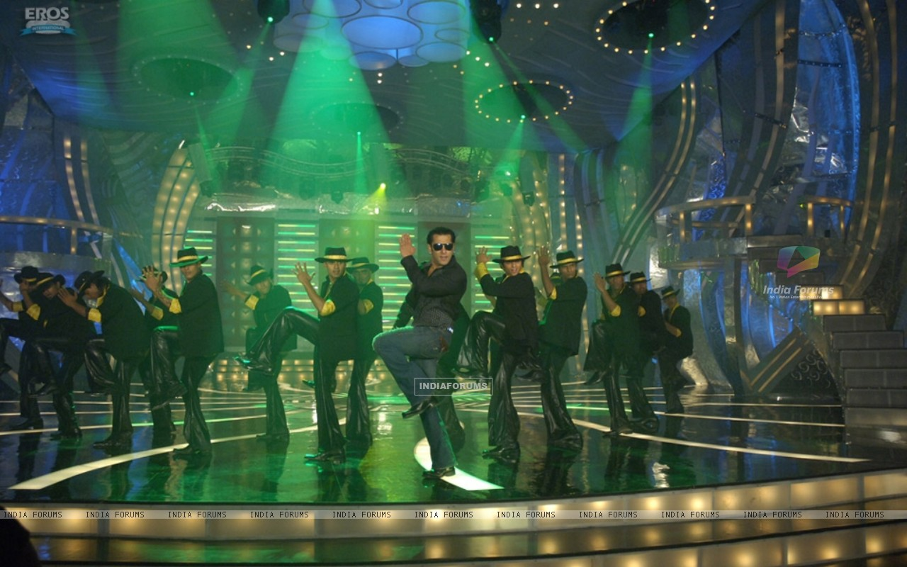 Salman Khan doing stage perfomance (36989) size:1280x800