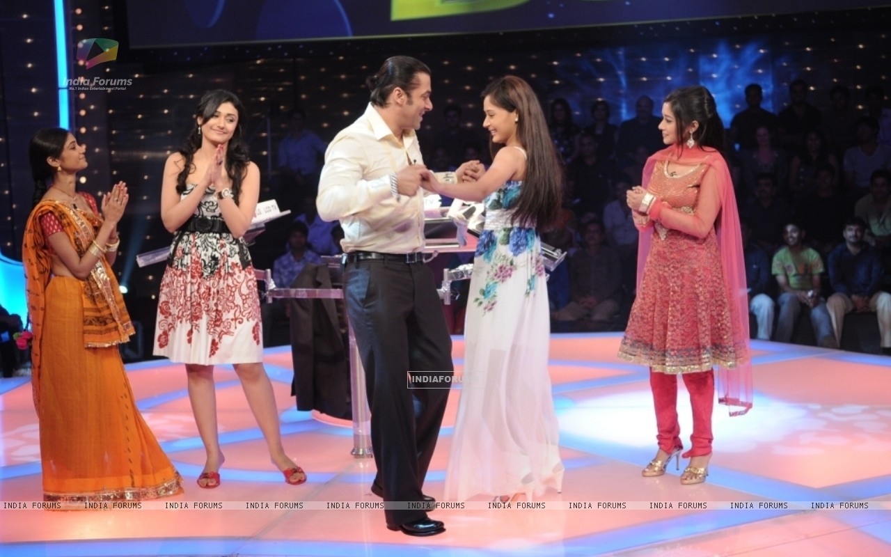 Salman Khan dancing with Sara Khan (37244) size:1280x800