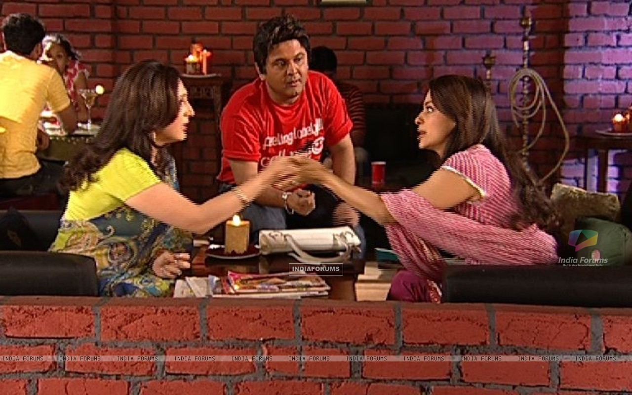 Juhi Chawla talking to Radhika (37386) size:1280x800