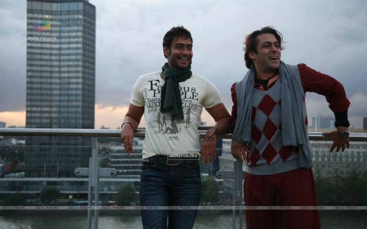 Salman Khan and Ajay Devgan in the movie London Dreams (38590) size:1280x800