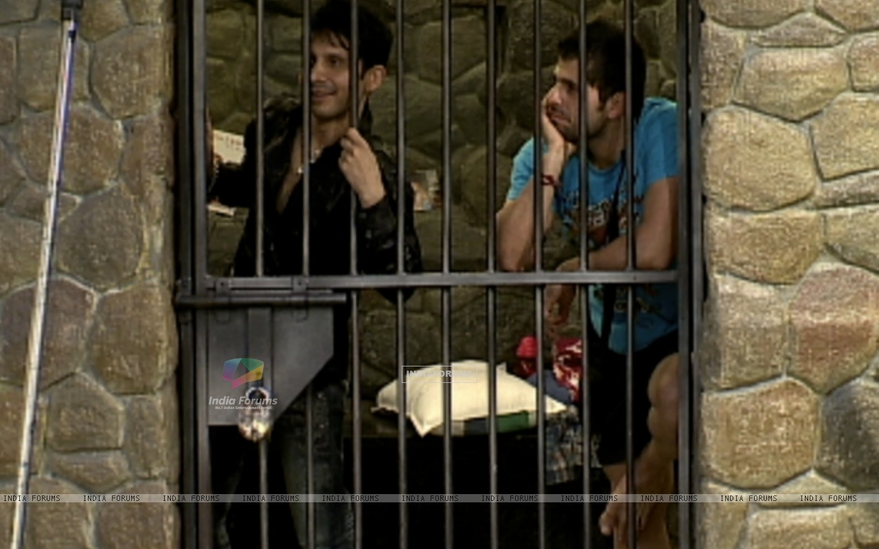 Kamal Khan and Bakhtiyaar in jail (38897) size:1280x800