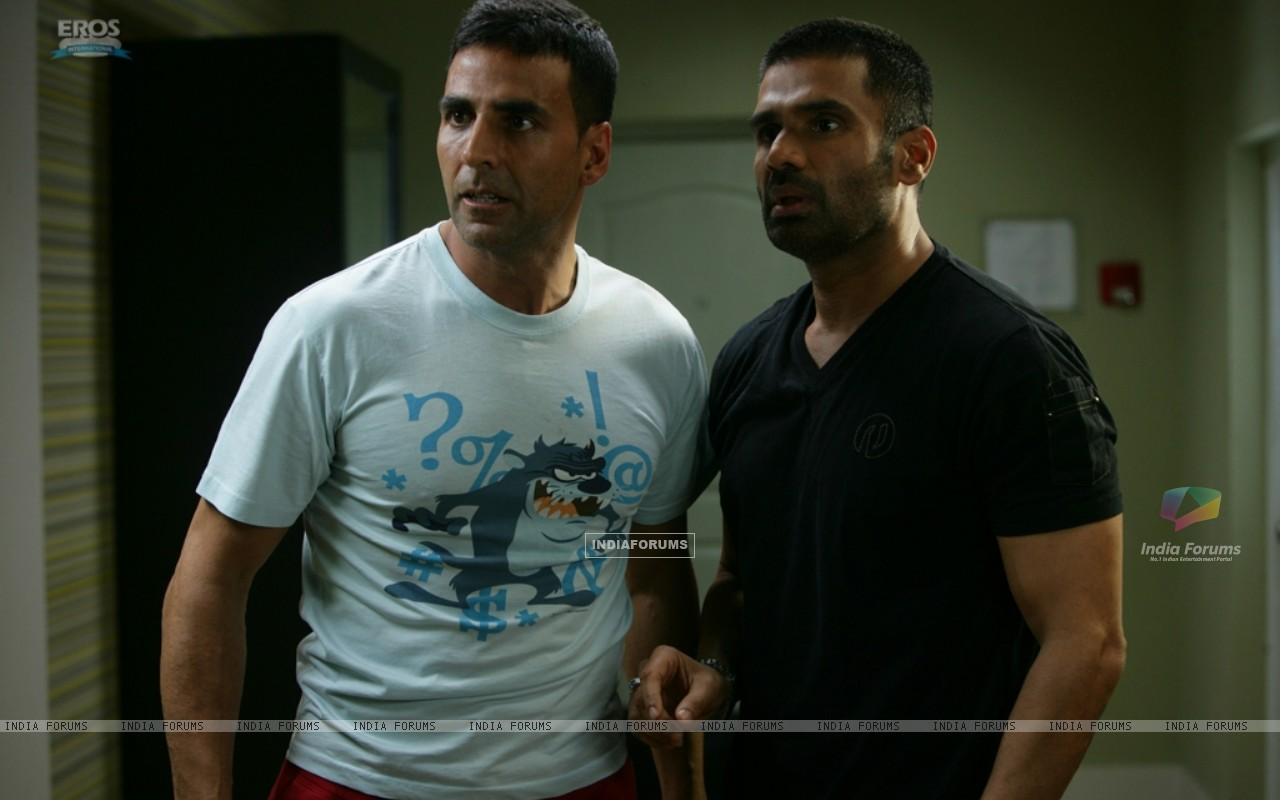 Akshay Kumar and Sunil Shetty looking shocked (39245) size:1280x800