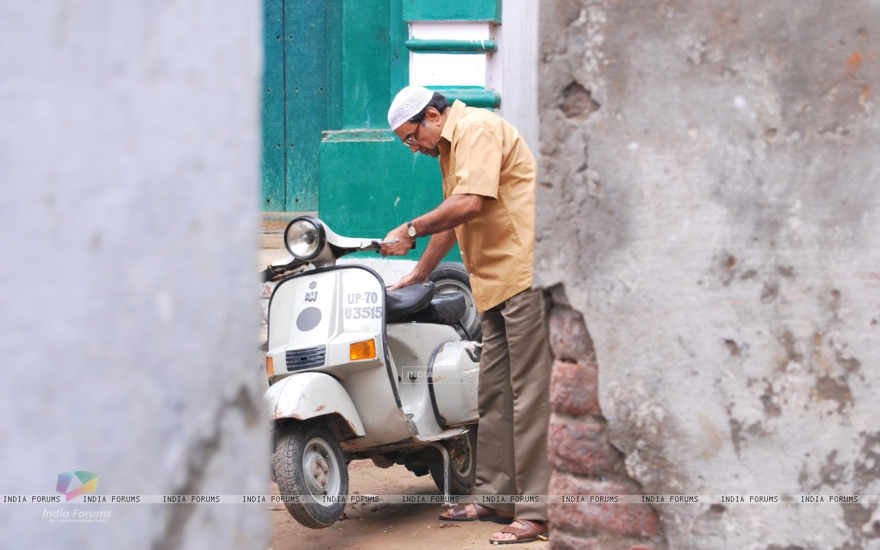 Paresh Rawal with his scooter (40152) size:1280x800