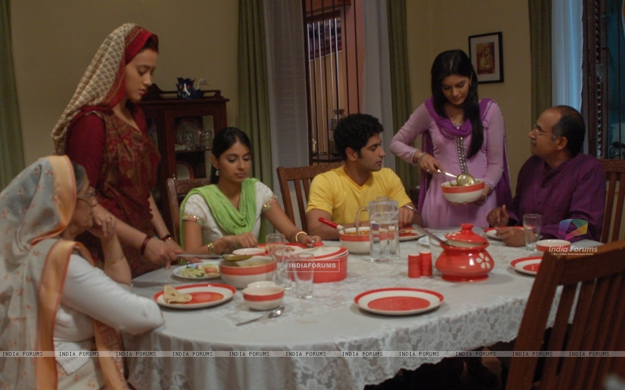 Pratigya family having their dinner (40265) size:1280x800