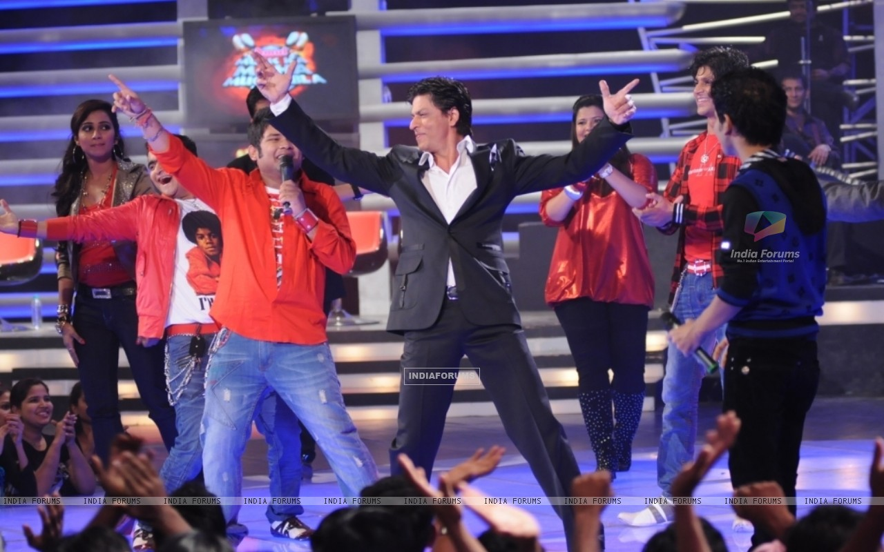 King Khan shaking a leg with the contestants of Music ka Mahamuqqabala (41682) size:1280x800