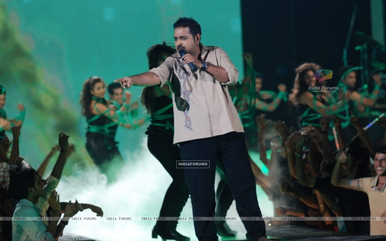 Shankar Mhadevan performing at Music Ka Maha Muqqabla on Star Plus (41753) size:1280x800