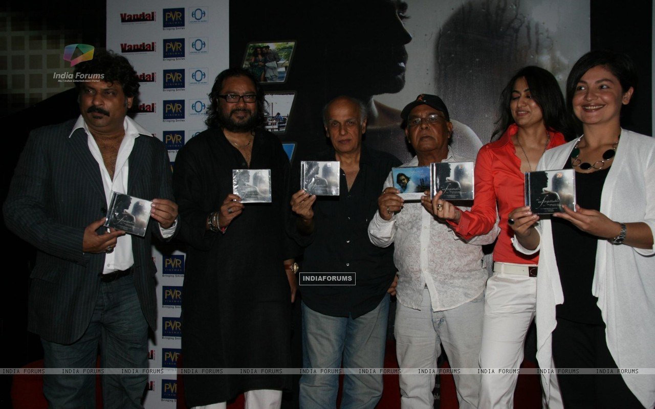 Pooja Bhatt, Sabrina and Mahesh Bhtt at Ismail Darbar''s music for film The Unforgettable at PVR, in Mumbai (78947) size:1280x800