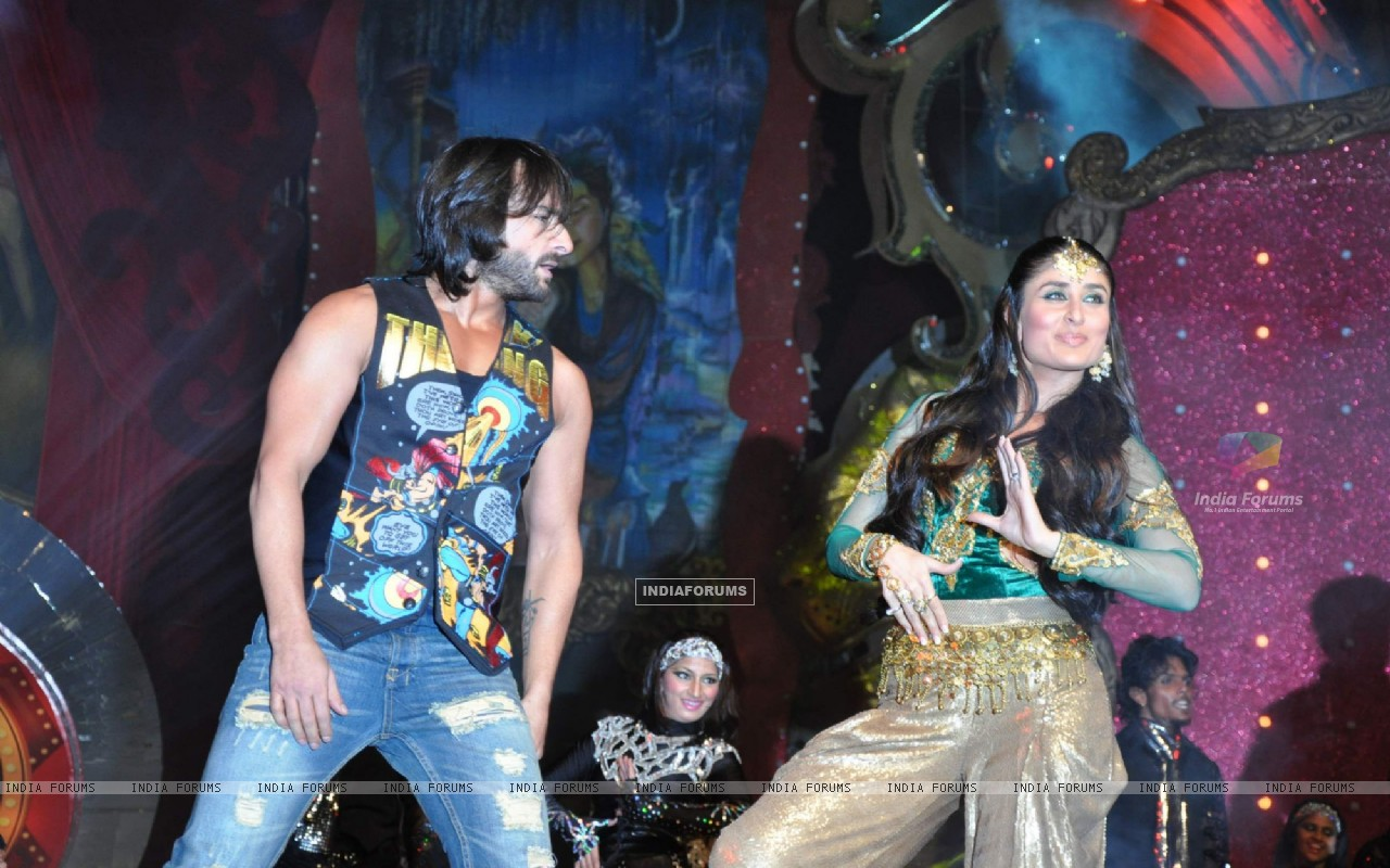 Saif Ali Khan and Kareena Kapoor performs at Stardust Awards 2010 in Mumbai (84072) size:1280x800