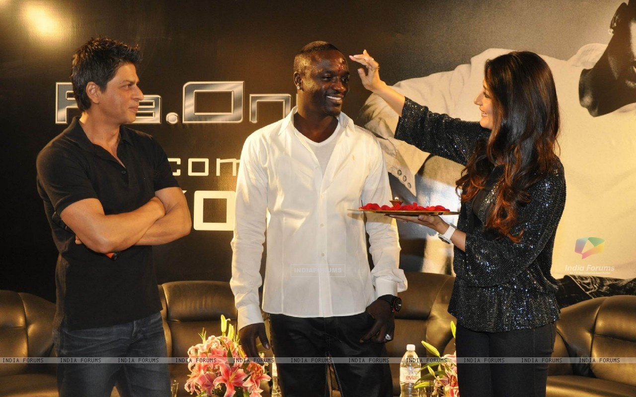 Shahrukh Khan, Akon & Kareena Kapoor pose at a press conference of their forthcoming movie RaOne held in Mumbai today Singer Akon is in Mumbai to record a song for RaOne (85968) size:1280x800
