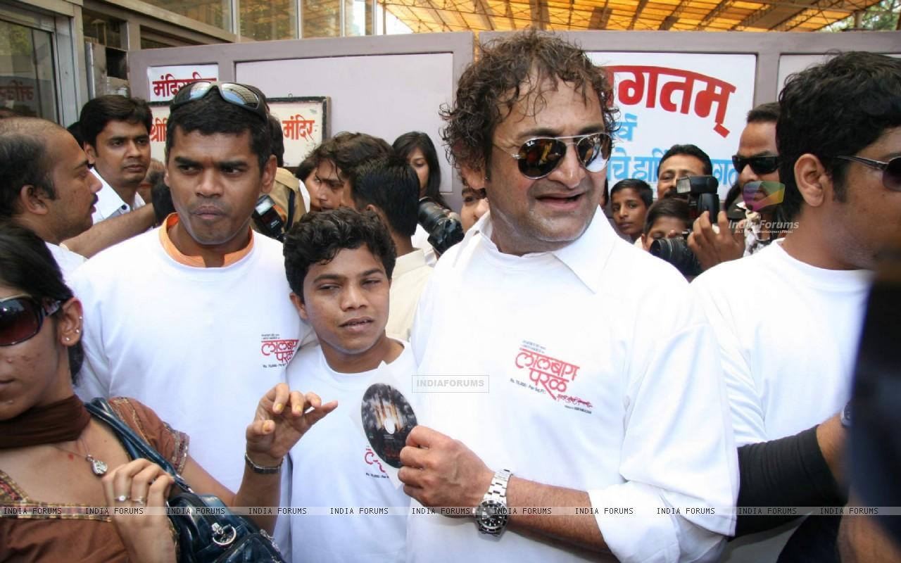 Mahesh Manjrekar Seeks blessing at Siddhivinayak for his Film City of Gold at Dadar (86142) size:1280x800