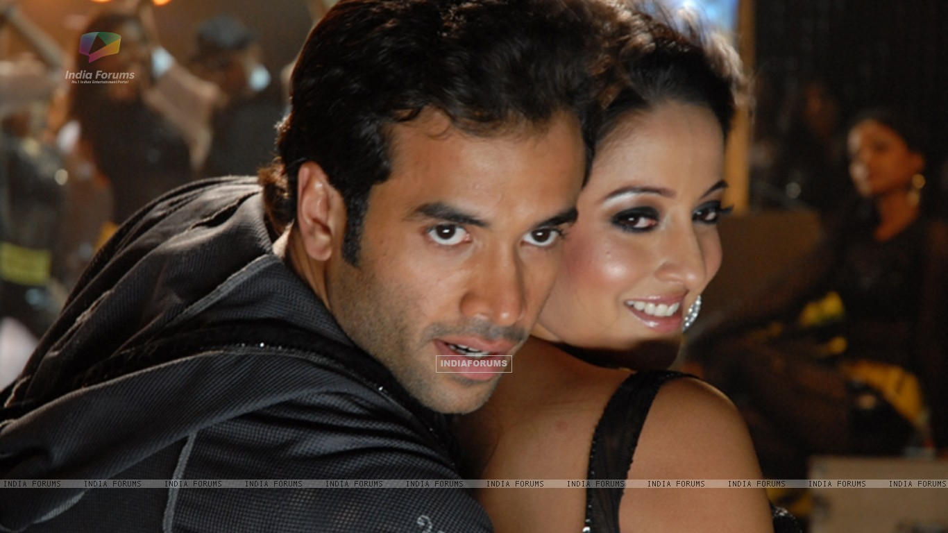 Sweet scene of Tusshar and Raima (11638) size:1366x768