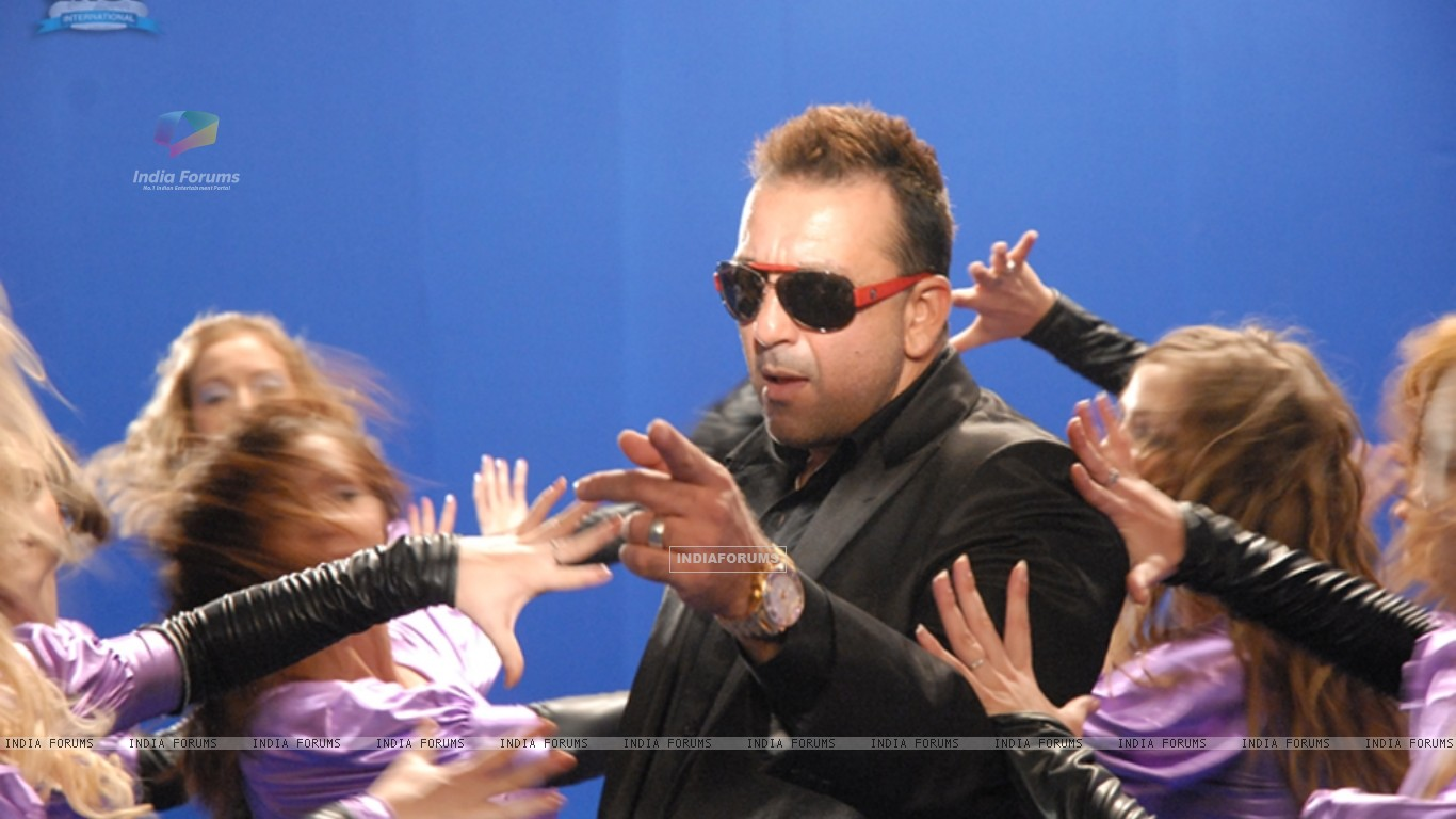 Sanjay Dutt surrounded by the girls (11672) size:1366x768