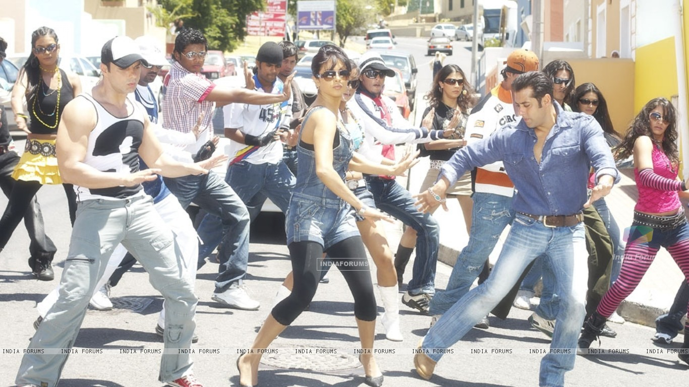 Salman,Priyanka and Sohail dancing on a road (11847) size:1366x768