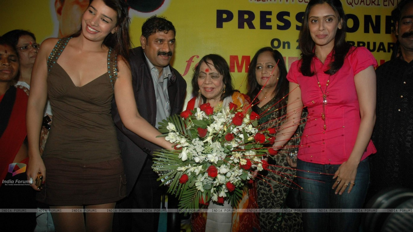 Hrishita Bhatt and Mink Brar supports dancer Jitu Singh for Limca book of records at The Club (123582) size:1366x768
