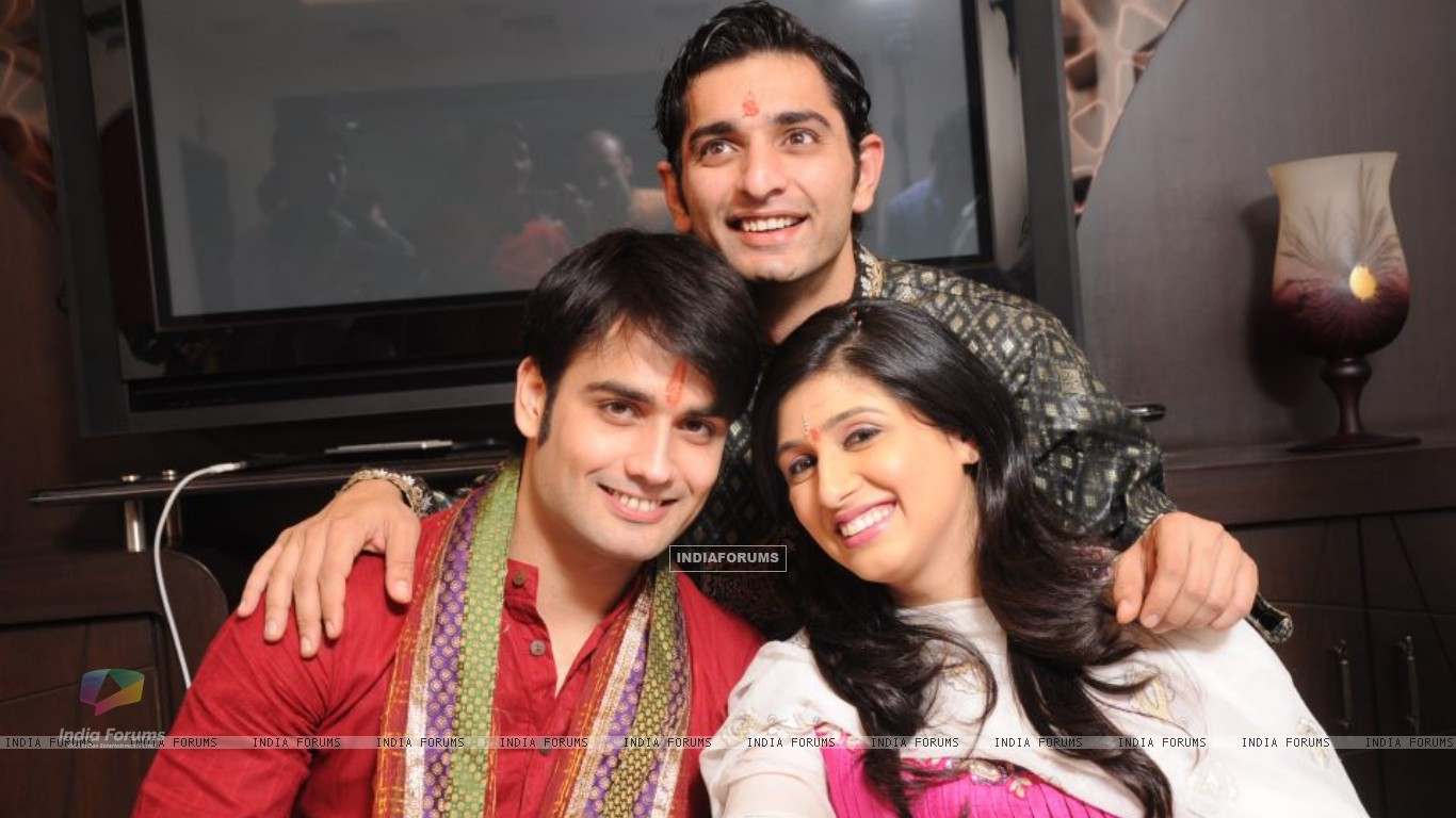 Vivian and Vahbiz with Siddharth (171032) size:1366x768