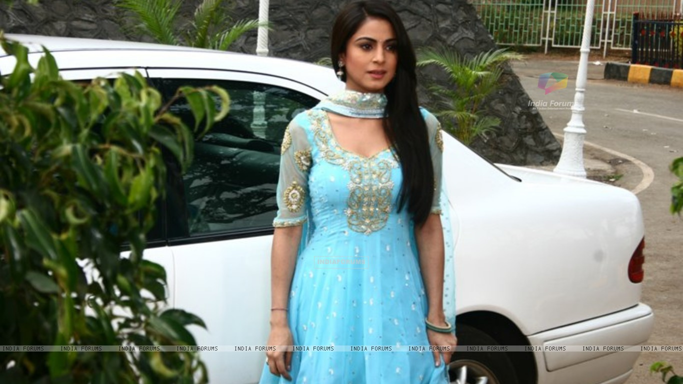 Shraddha Arya on the sets of Main Lakshmi Tere Aagan Ki (182219) size:1366x768