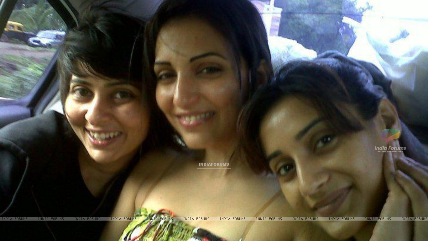 Rati Pandey with Navina bole & her friend Ashwini offscreen photo in mile jab hum tum show (192008) size:1366x768