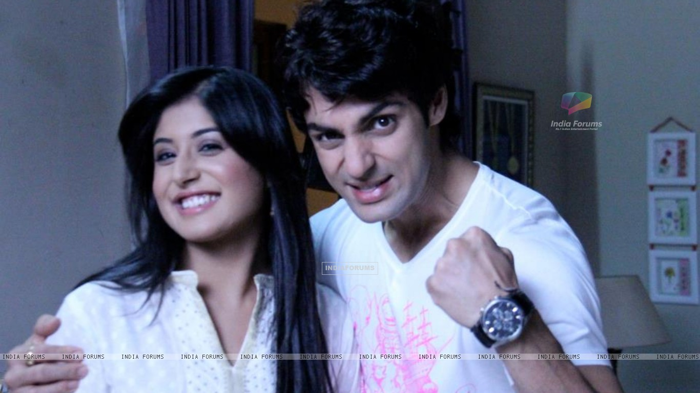 Karan Wahi & Kritika Kamra on sets of Kuch Toh Log Kahenge (194317) size:1366x768