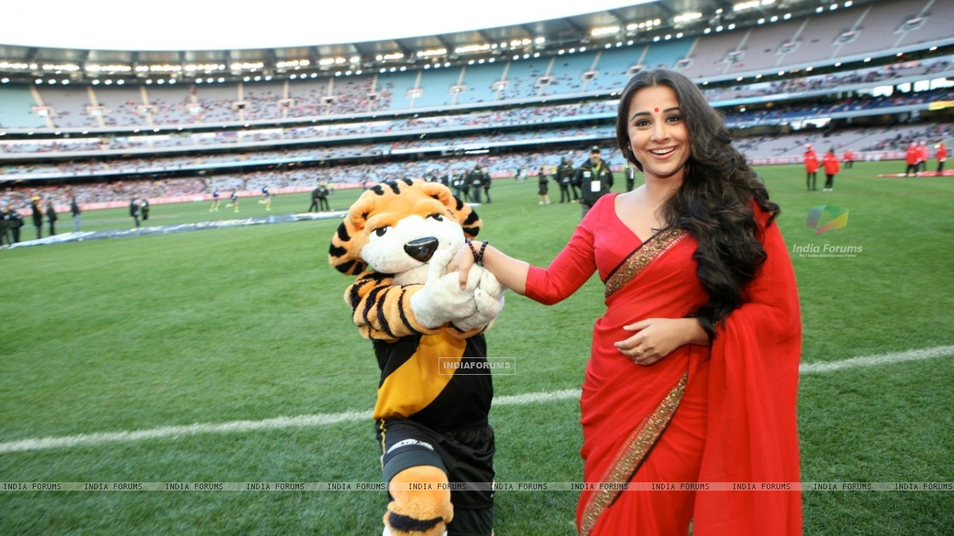 Vidya Balan handing the Match Ball to the ground at the Melbourne Cricket Ground (198415) size:1366x768