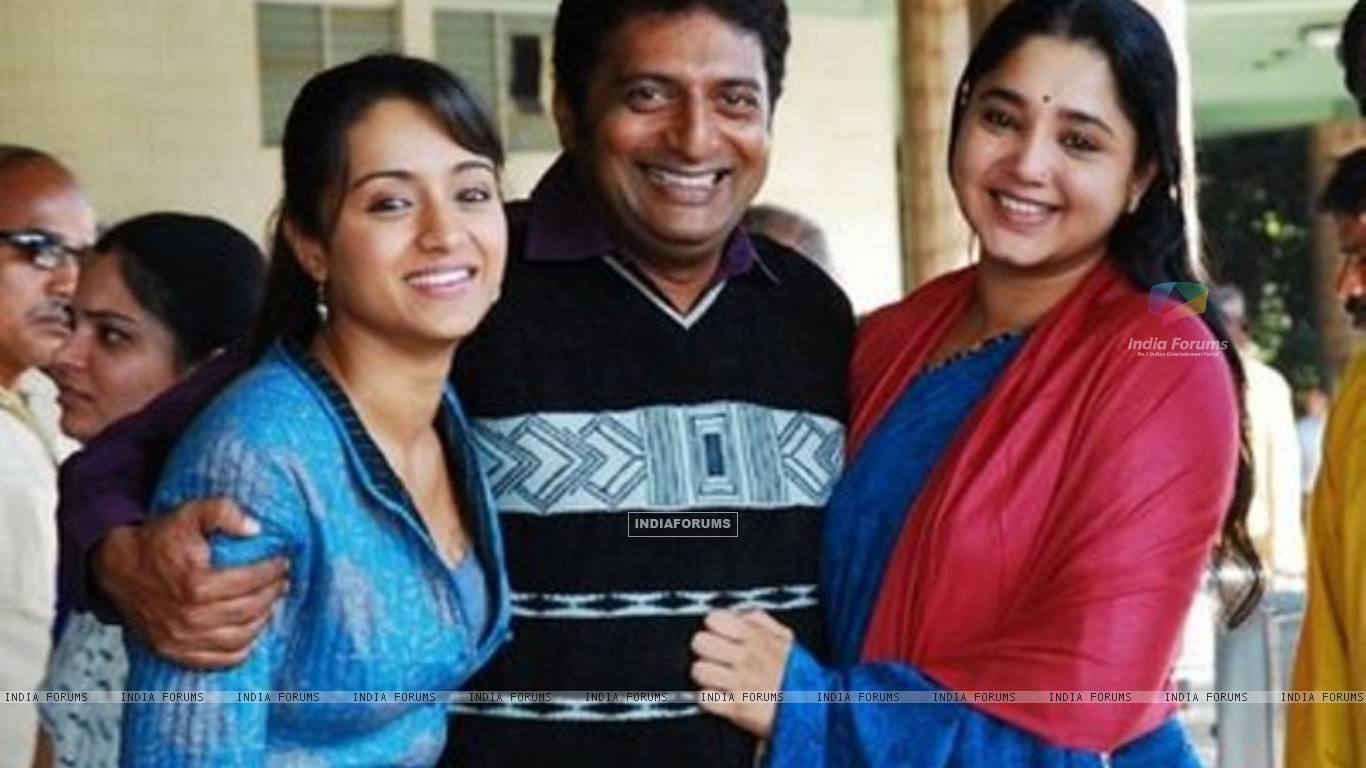 Aishwarya, Trisha and Prakash Raj at a photoshoot for the film Aakasamantha. (200096) size:1366x768