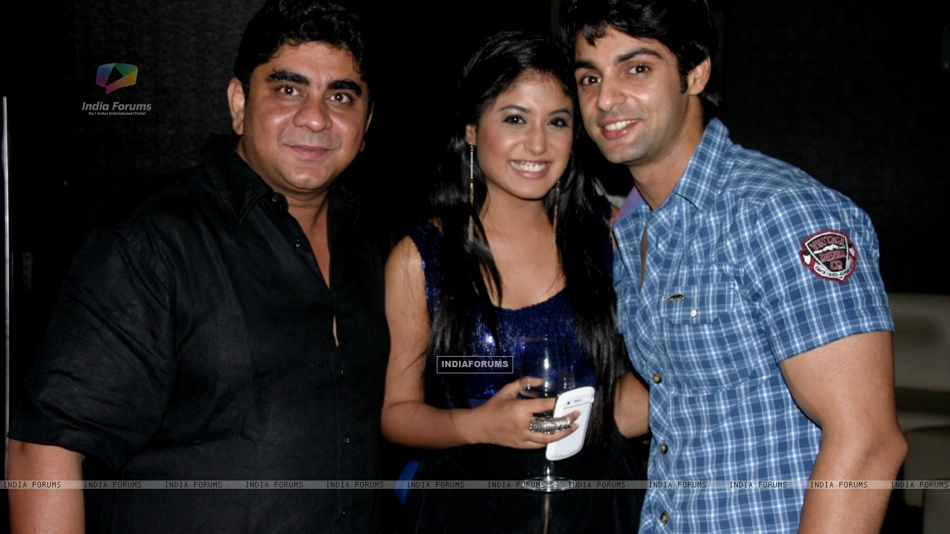 Rajan Shahi and Kritika Kamra with Karan Wahi at Karan Wahi Birthday Bash (206672) size:1366x768