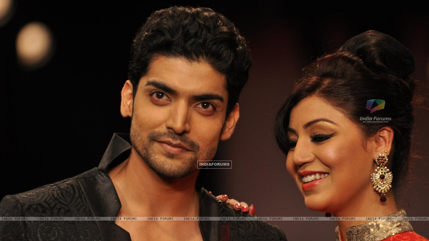 Gurmeet Choudhary and Debina Bonnerjee on ramp at the Beti show by Vikram Phadnis at IIJW 2012 (220951) size:1366x768