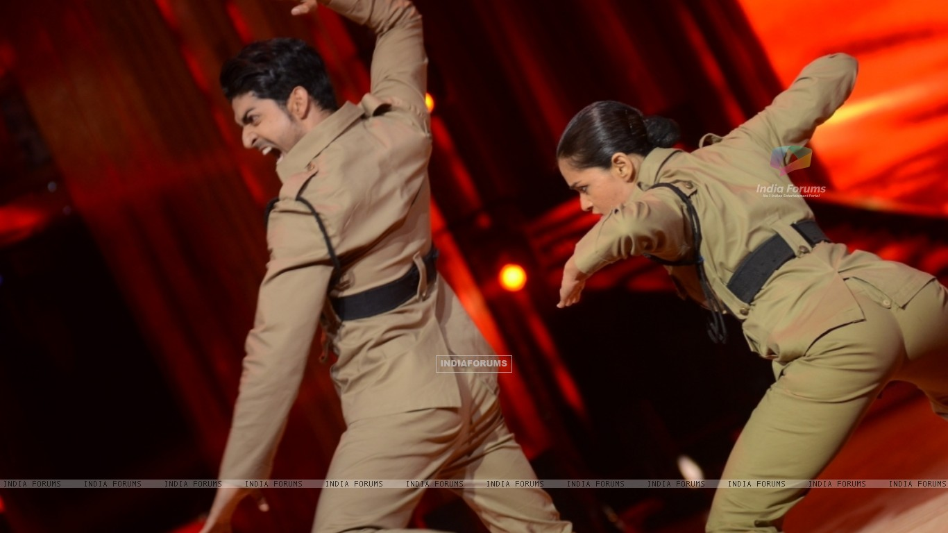 Gurmeet Choudhary and Shampa performing Desh Bakti Act on Jhalak Dikhla Jaa (221963) size:1366x768
