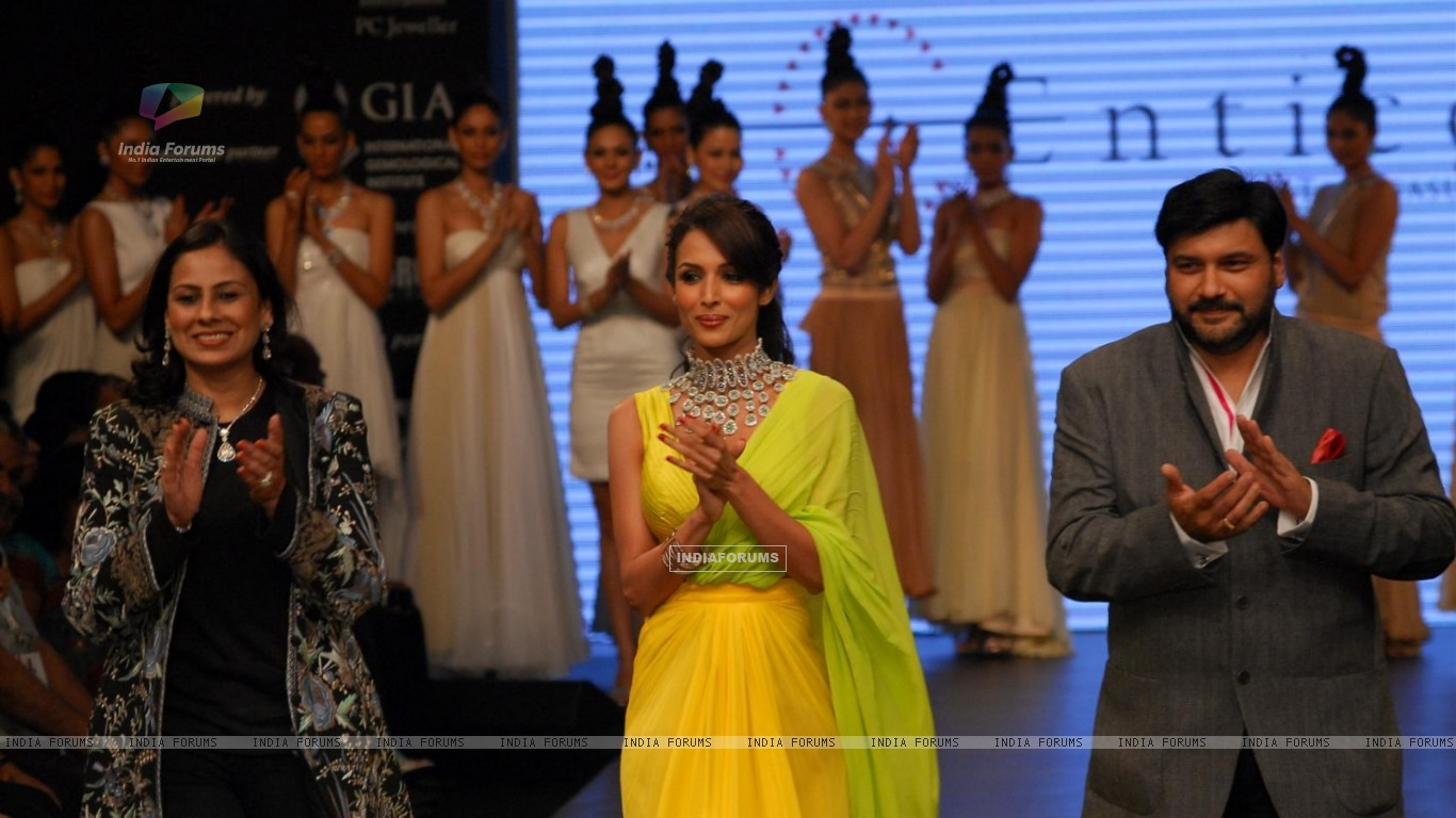 Malaika Arora Khan as showstopper at KGK Entice show on Day 4 of IIJW 2012 (222201) size:1366x768