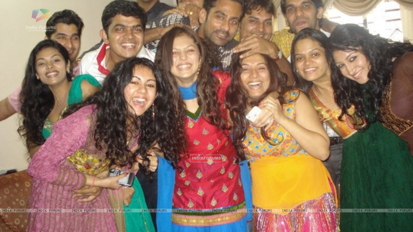 Drashti with friends (225301) size:1366x768
