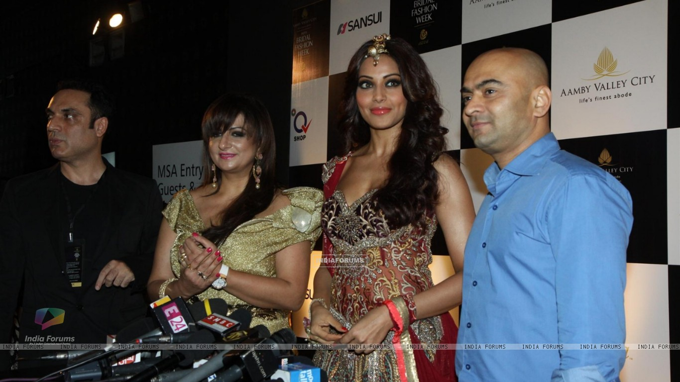 Bipasha Basu walks the ramp for Anjalee and Arjun Kapoor at Bridal Fashion Week (225893) size:1366x768