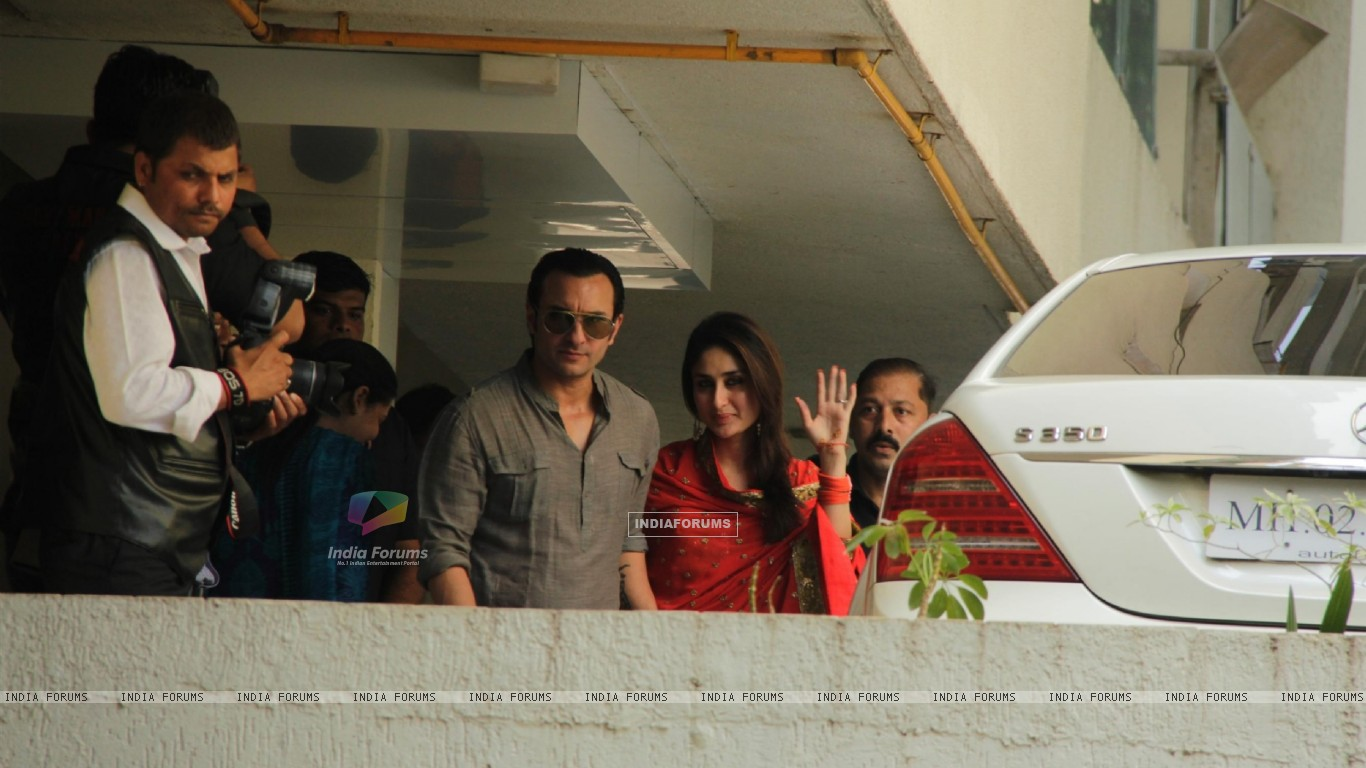 Saif Ali Khan with wife Kareena Kapoor gestures after their marriage (232785) size:1366x768