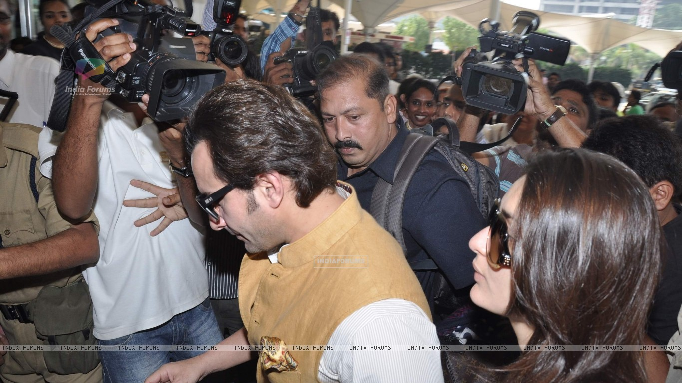 Bollywood actors Saif Ali with wife Kareena Kapoor leave for delhi (233158) size:1366x768