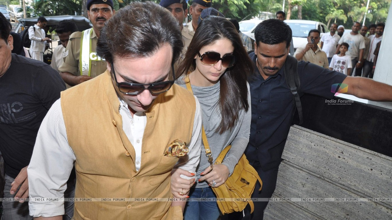 Bollywood actors Saif Ali with wife Kareena Kapoor leave for delhi (233178) size:1366x768