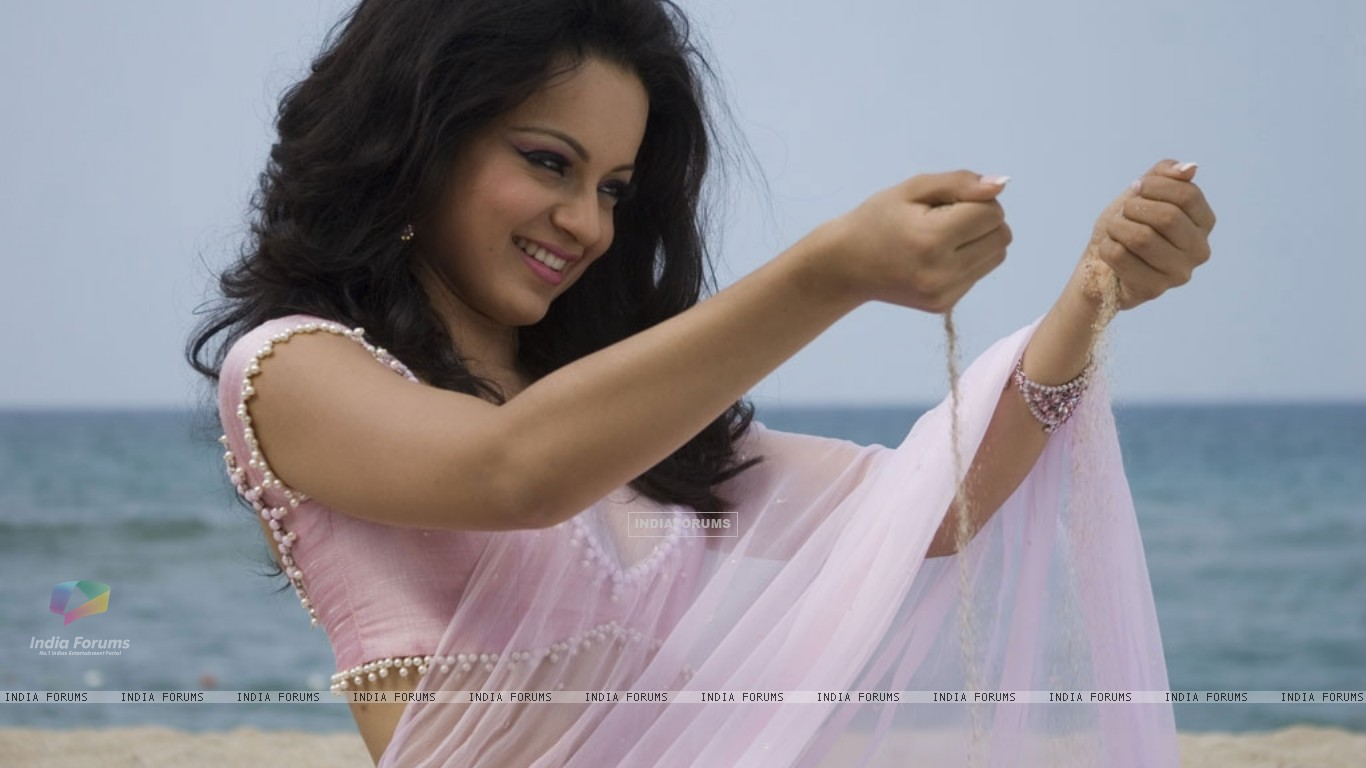 Kangna Ranaut looking marvellous in sari (31478) size:1366x768
