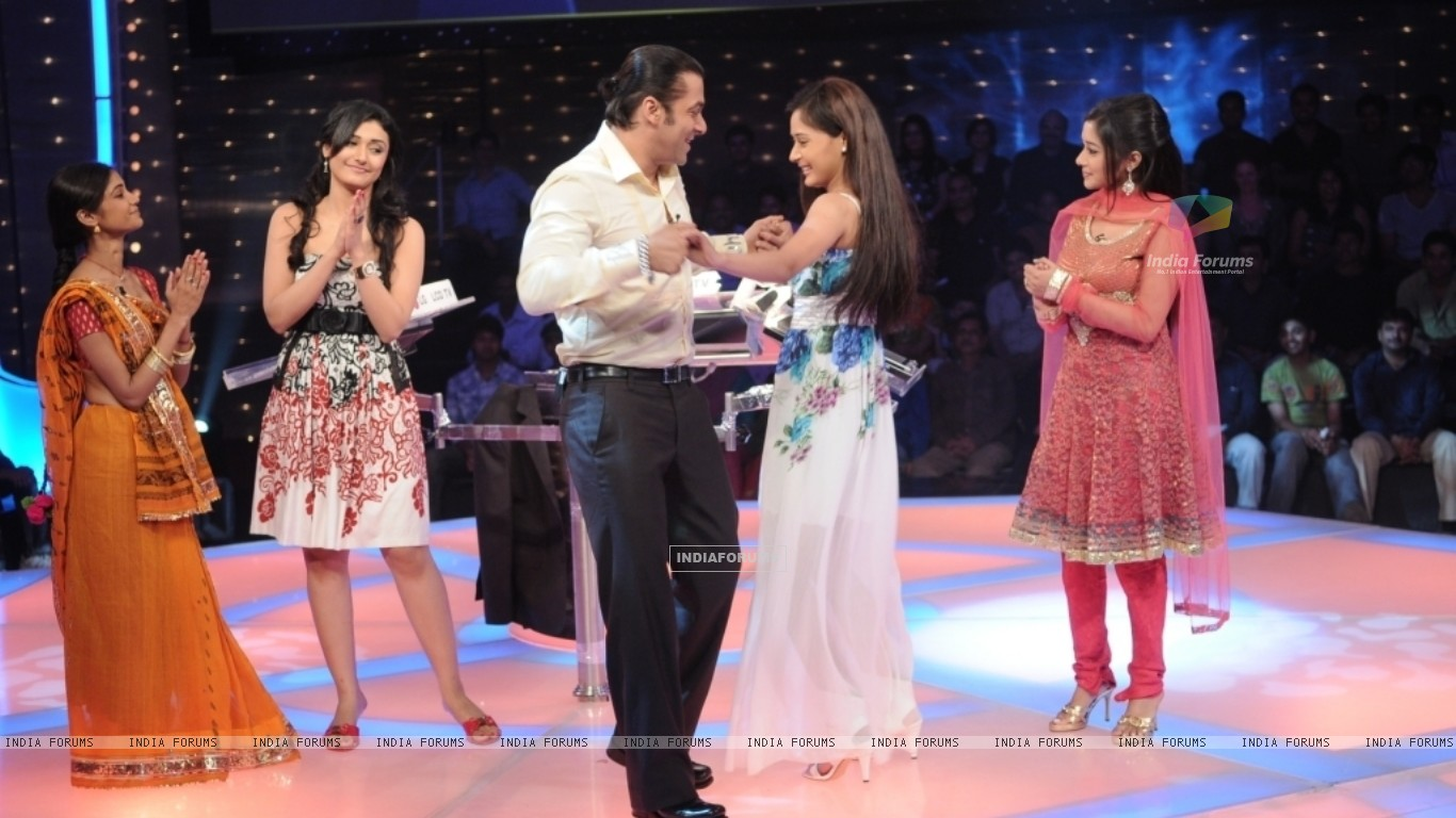 Salman Khan dancing with Sara Khan (37244) size:1366x768