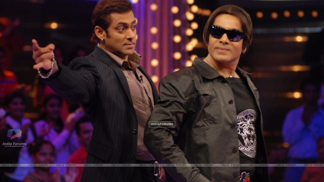 Salman Khan with his duplicate (37494) size:1366x768