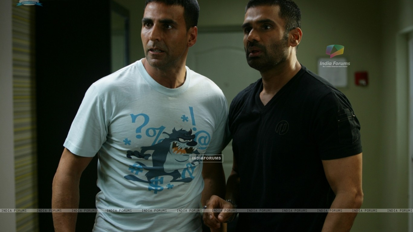 Akshay Kumar and Sunil Shetty looking shocked (39245) size:1366x768