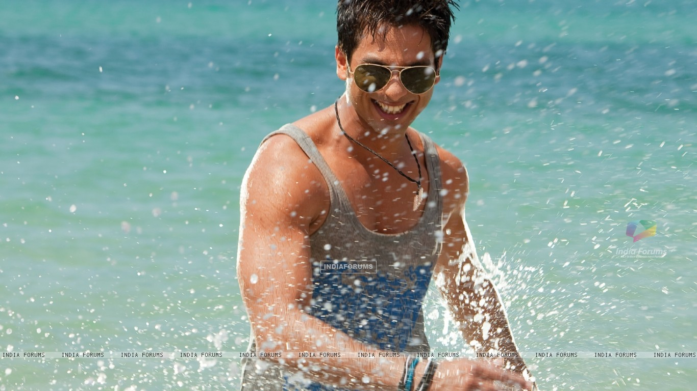 Shahid Kapoor looking hot (59483) size:1366x768