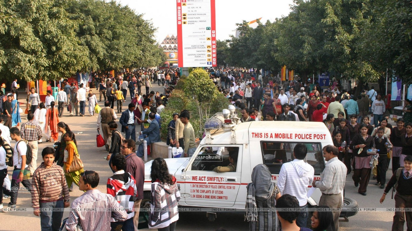 Crowd at India International Trade Fair at Pragati Maidan in New Delhi on Thursday 26 Nov 2009 (82397) size:1366x768