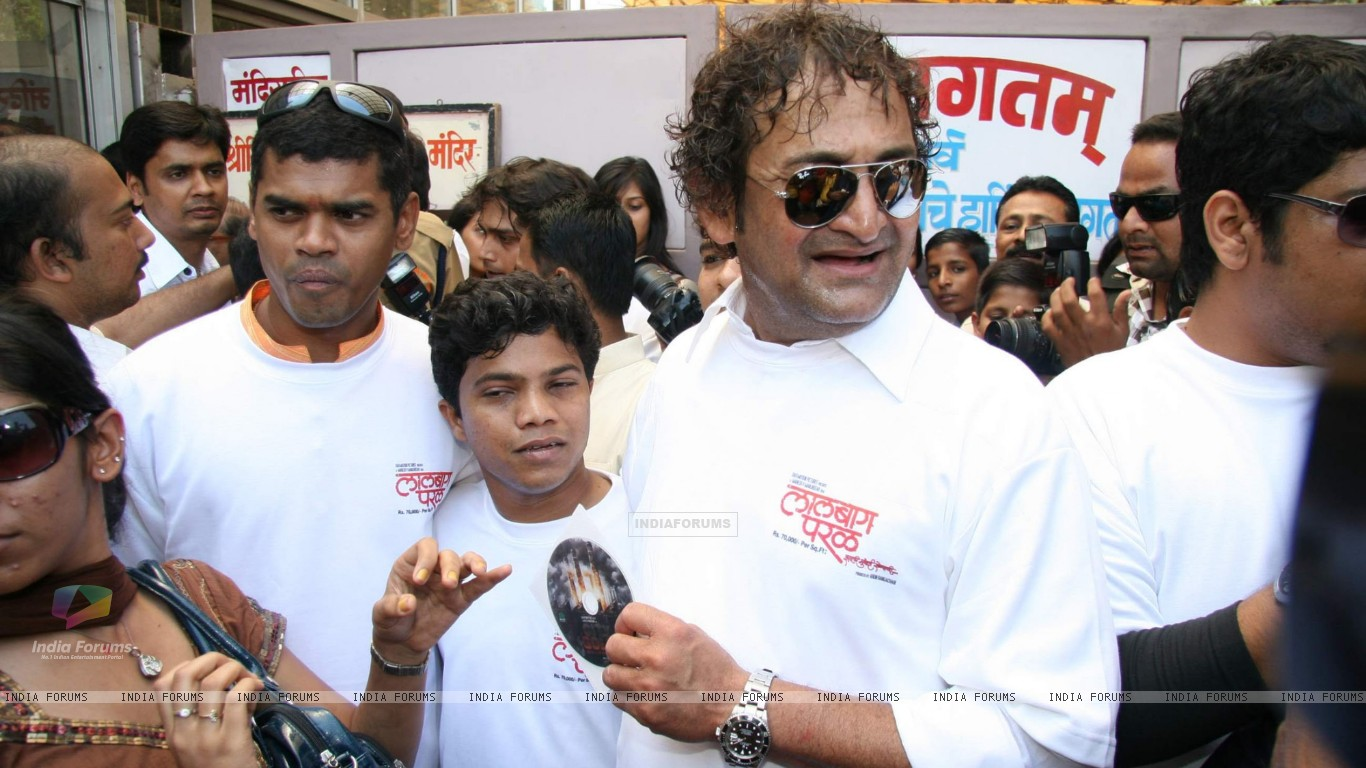 Mahesh Manjrekar Seeks blessing at Siddhivinayak for his Film City of Gold at Dadar (86142) size:1366x768