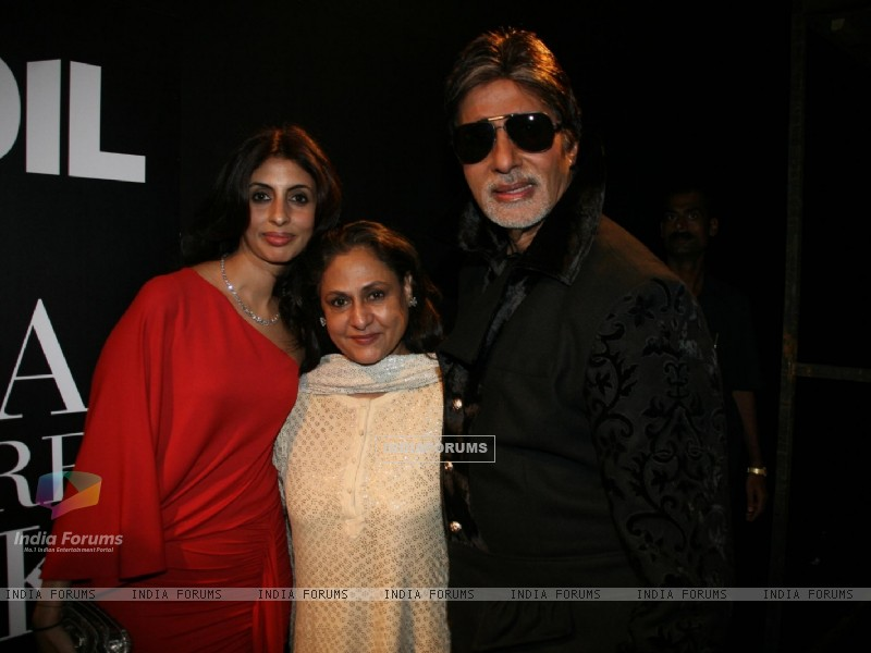 Amitabh Bachchan with wife Jaya and daughter Shweta at HDIL India Couture Week 2010 (100922) size:800x600