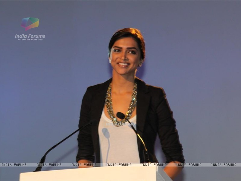 Deepika Padukone launches Blackberry Torch smart phone - Wallpaper