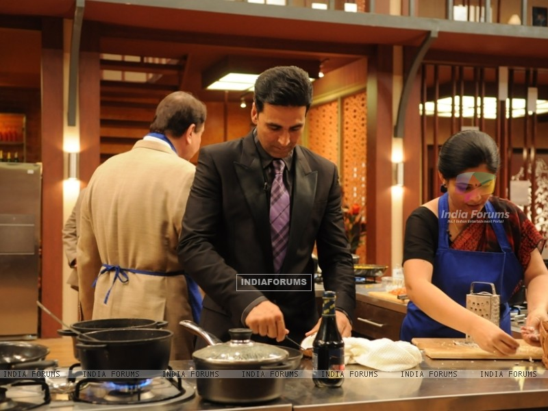 Akshay Kumar helping contestant on tv show Master Chef India (108112) size:800x600