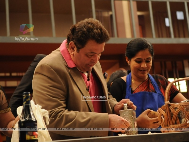 Rishi Kapoor helping contestant on tv show Master Chef India (108115) size:800x600