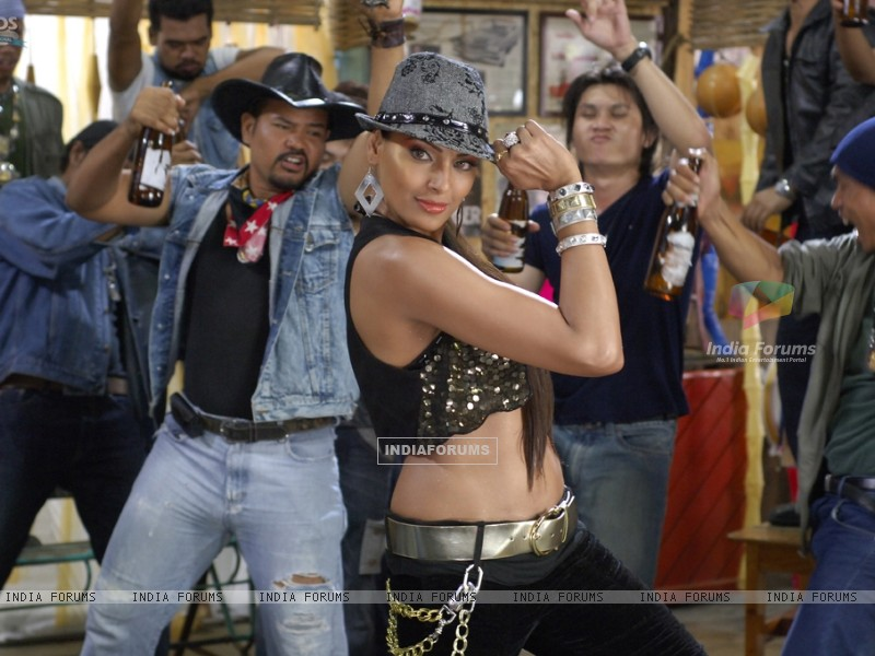 Bipasha dancing on the song (11161) size:800x600