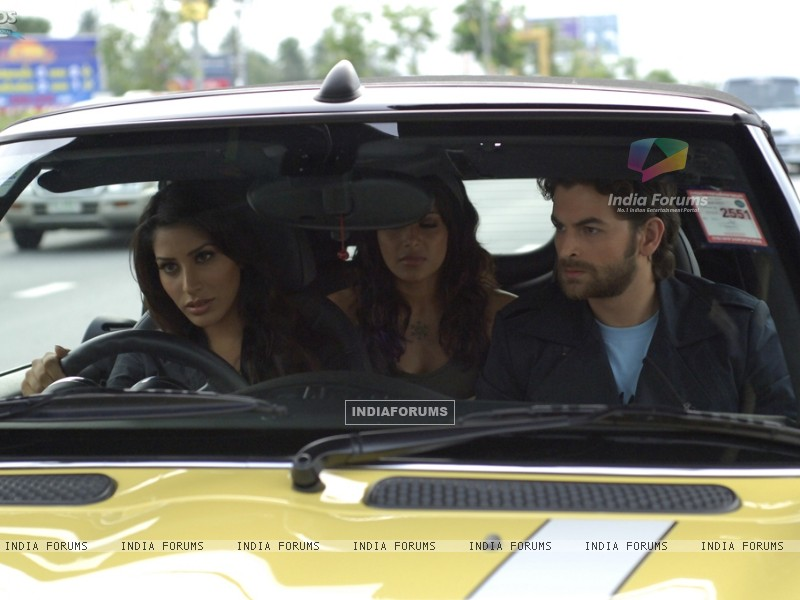 Neil,Bipasha and Sophie sitting on a taxi (11168) size:800x600