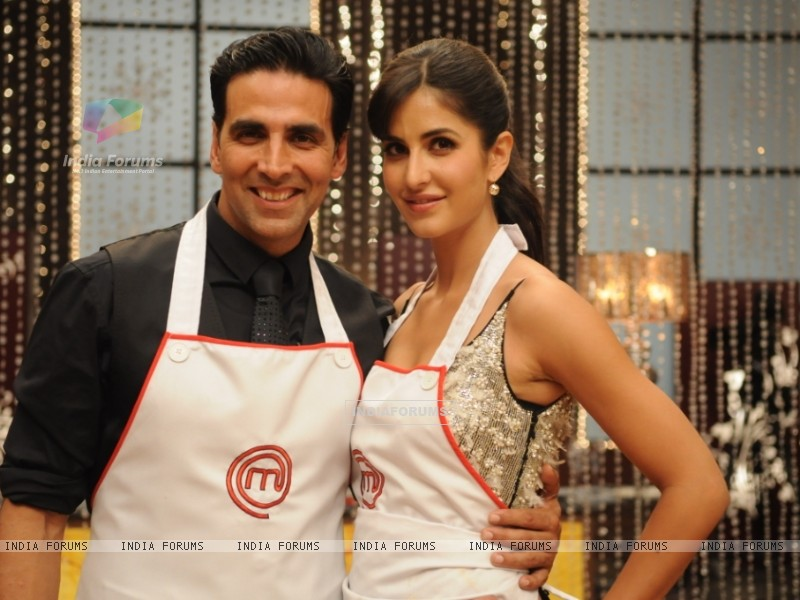Katrina Kaif along with Akshay Kumar on Master Chef India set (113291) size:800x600