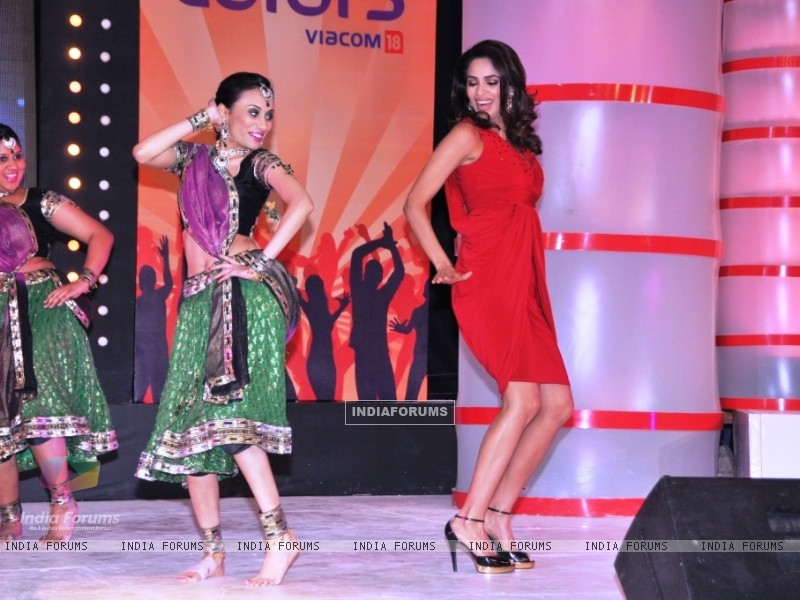 Mallika Dancing along with one of the Participant team at the launch of Chak Dhoom Dhoom Team Challe (116388) size:800x600