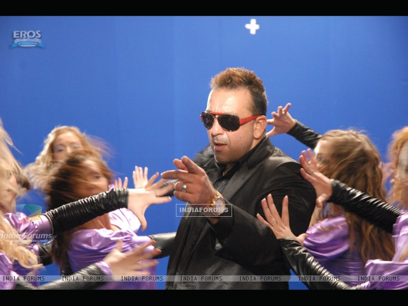 Sanjay Dutt surrounded by the girls (11672) size:800x600